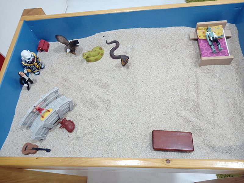 caja de arena realizada por un paciente en psicoterapia